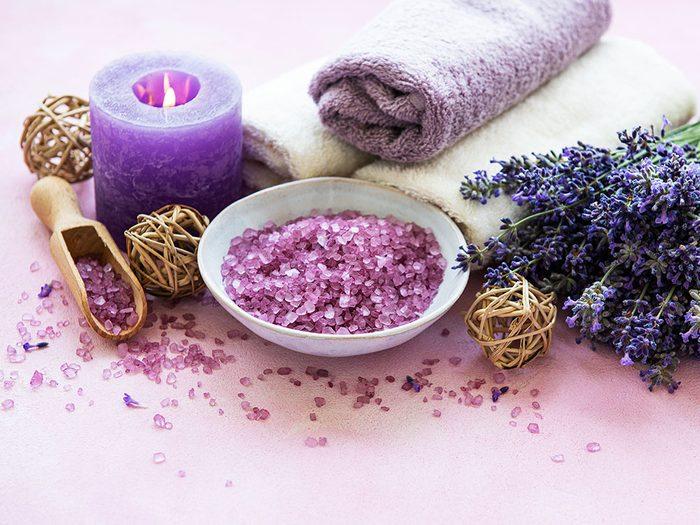 Produits de beauté maison: les sels de bain de lavande.