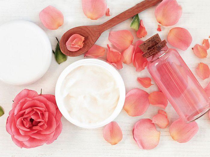 L'huile essentielle de rose est un très bon produit de beauté maison.