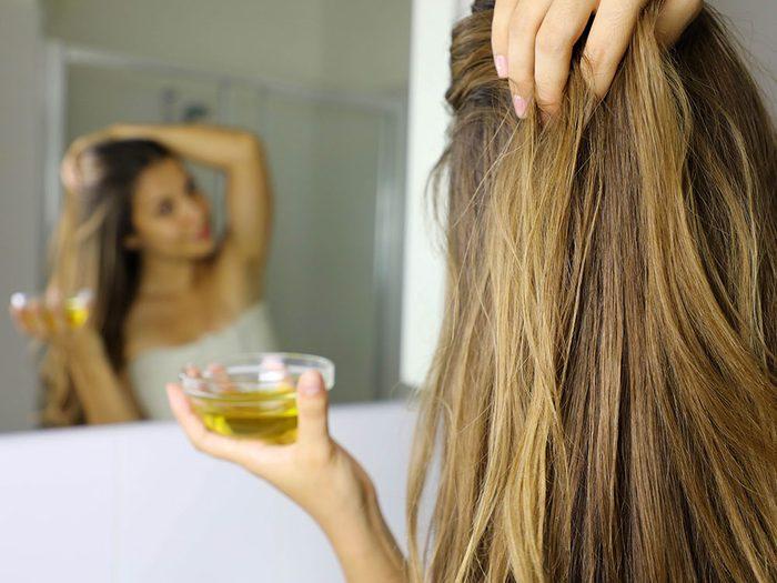 Produits de beauté maison: le traitement à l'huile chaude et rinçage au vinaigre pour le chevelure éclatante.