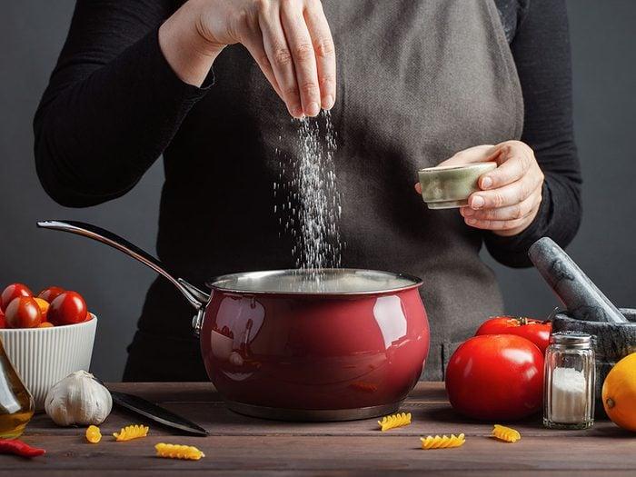 Quel est le meilleur sel pour la santé: ne pas trop en consommer.