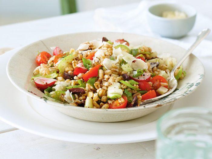 Salade de farro aux légumes printaniers.