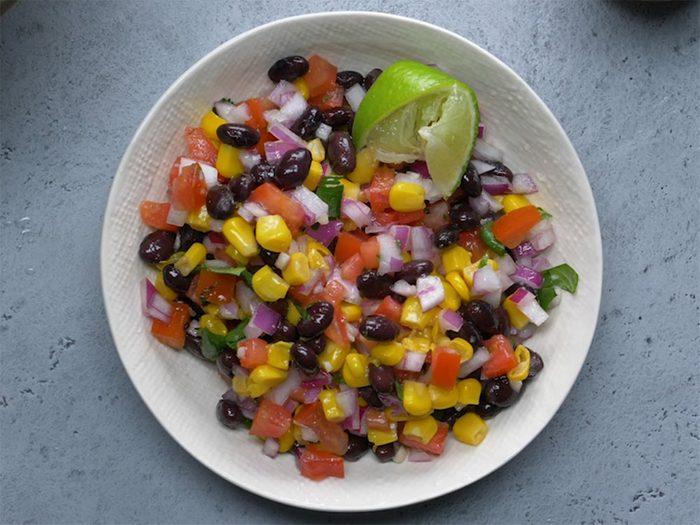 Salade de haricots noirs et de maïs.