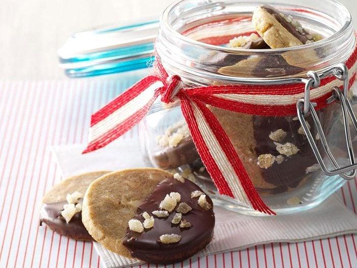 Biscuits au gingembre, à l'érable et aux noix de macadamia.