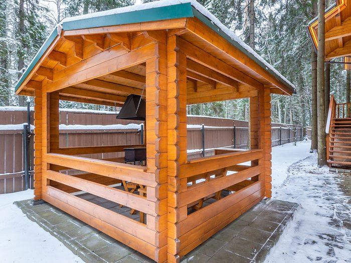 Construire un abri idéal pour le barbecue cet hiver.