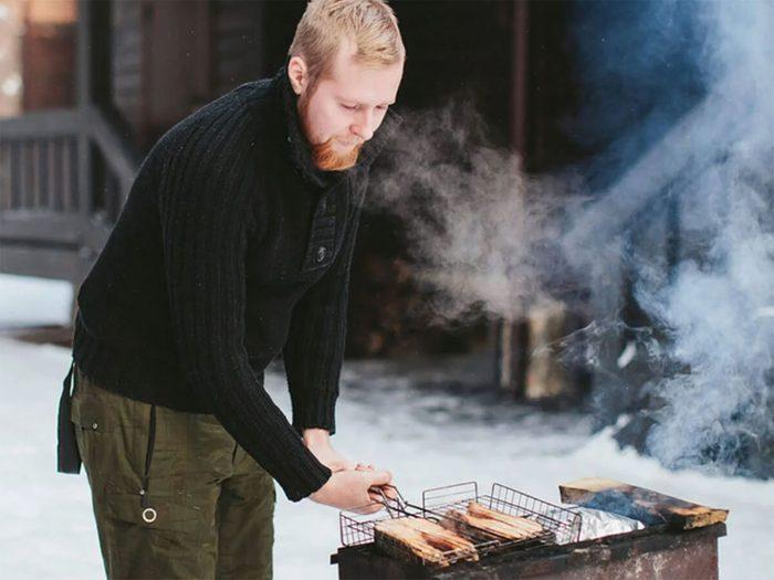 Penser sécurité pendant le barbecue d'hiver.