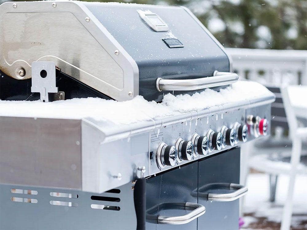 Garder l'œil sur la jauge lors d'un barbecue en hiver.