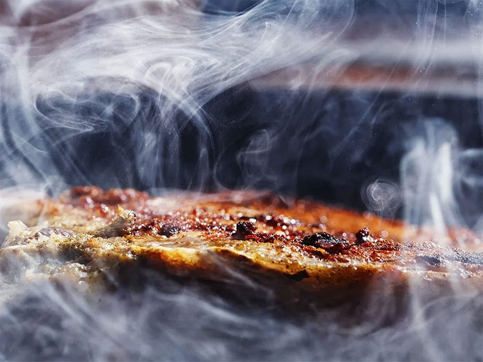 Utiliser le fumoir pour une saveur unique lors d'un barbecue d'hiver.
