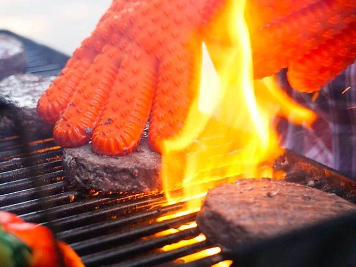Porter des gants pour le barbecue d'hiver.