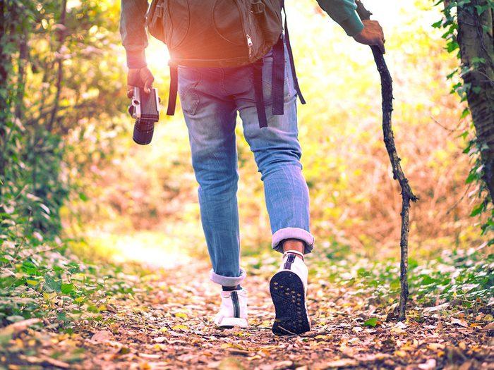 Profiter des bienfaits de la marche sauf si vous éprouvez une douleur.