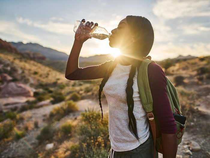 Profiter des bienfaits de la marche en s'hydratant.