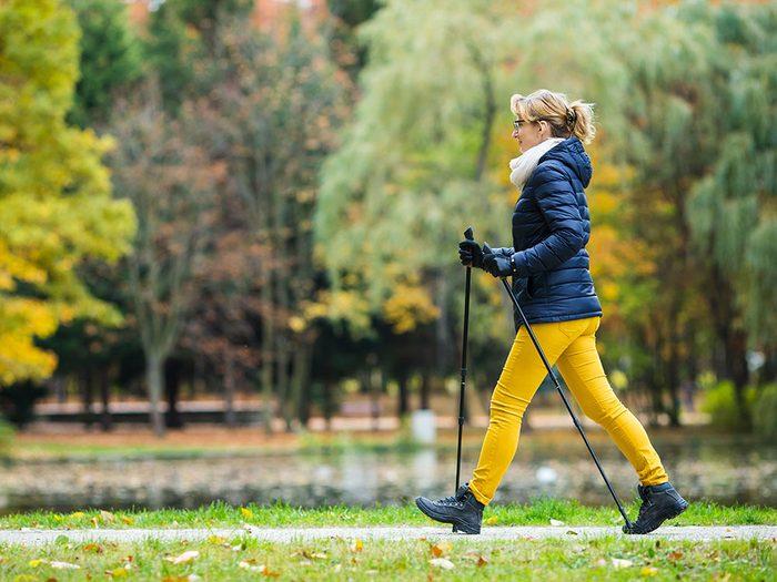 Profiter des bienfaits de la marche en faisant des petits pas.