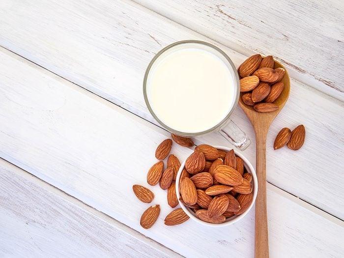 Comment faire du lait d'amande et quelle est la quantité de graisse contenue dans un verre?