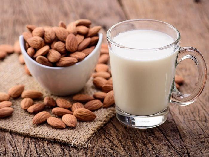 Comment faire du lait d'amande et quelle est la quantité de calcium contenue dans un verre?