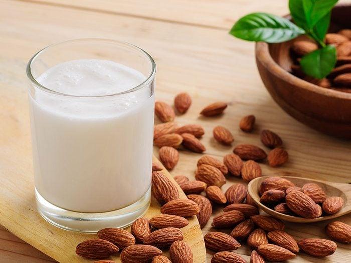 Comment faire du lait d'amande et quelle est la quantité de vitamine E contenue dans un verre?