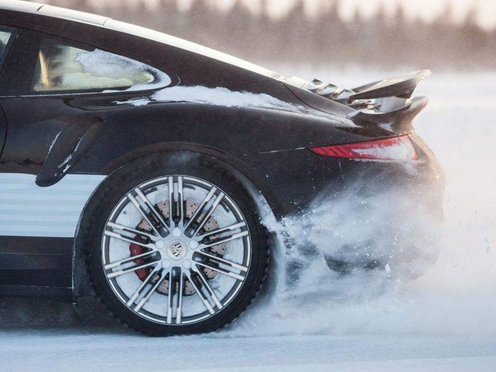 Tenter de se dégager à tout prix est l'une des erreurs de conduite hivernale qui pourraient vous mettre en danger.