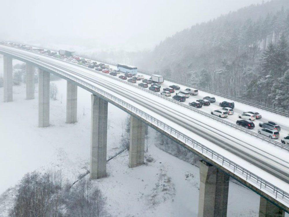 Dépasser sur les viaducs est l'une des erreurs de conduite hivernale qui pourraient vous mettre en danger.