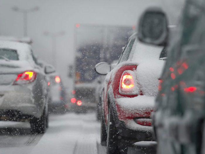 Changer de voie inutilement est l'une des erreurs de conduite hivernale qui pourraient vous mettre en danger.
