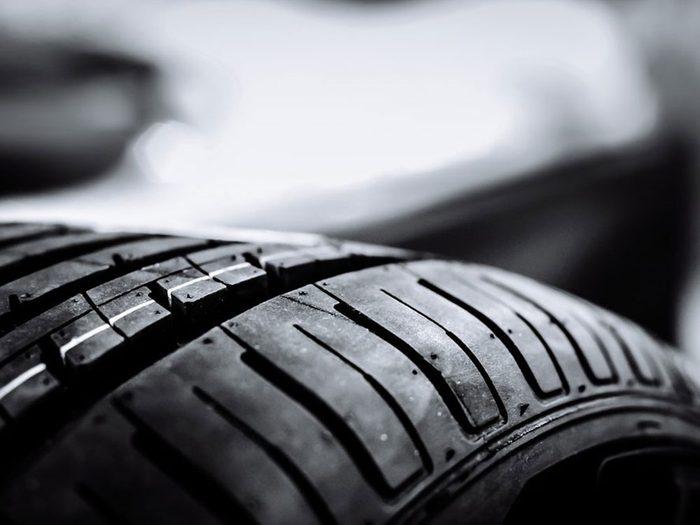 Négliger le changement des pneus est l'une des erreurs de conduite hivernale qui pourraient vous mettre en danger.