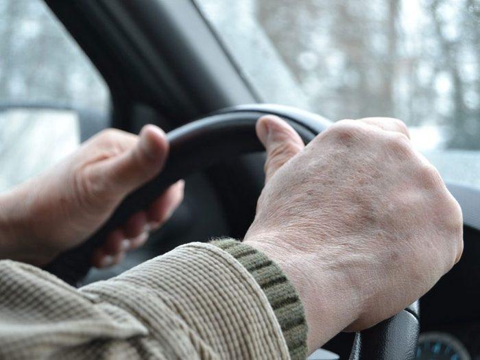 Paniquer dans l'urgence est l'une des erreurs de conduite hivernale qui pourraient vous mettre en danger.