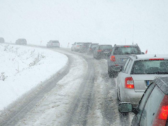 Gâcher son élan est l'une des erreurs de conduite hivernale qui pourraient vous mettre en danger.