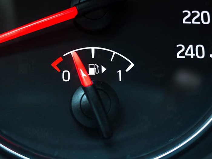 Rouler avec un quart d'essence dans le réservoir est l'une des erreurs de conduite hivernale qui pourraient vous mettre en danger.