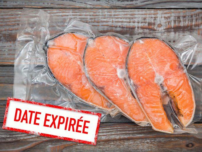 Faites attention à la date de péremption du poisson.