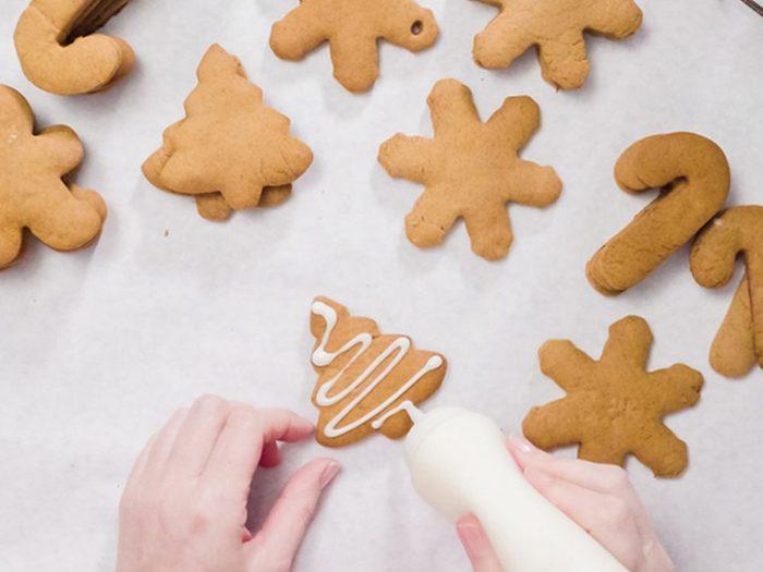 N'utilisez pas un glaçage royal trop liquide pour vos décorations de biscuits de Noël.
