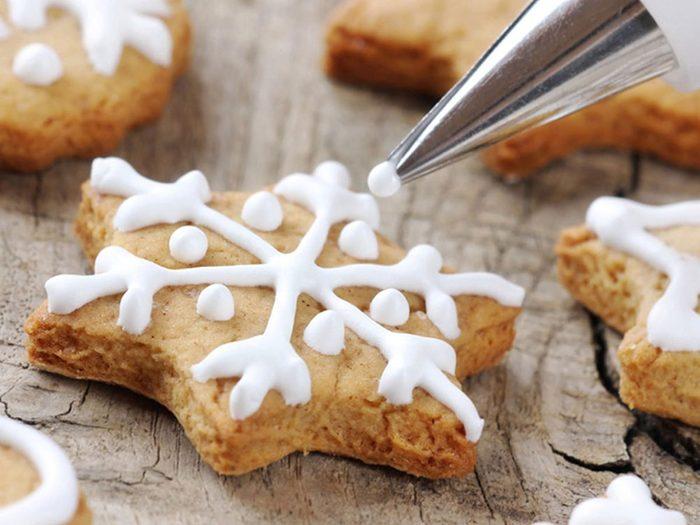 Mieux faire de petites quantités de glaçage pour les décorations de biscuits de Noël.