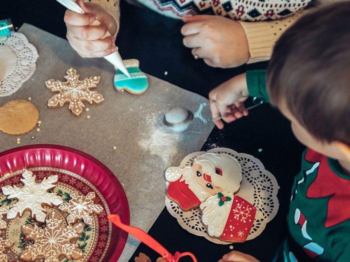 Mieux vaut s'entraîner pour réussir les décorations de biscuits de Noël.