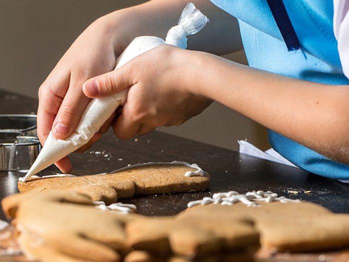 Ne pas laisser refroidir la pâte pour les décorations de biscuits de Noël.