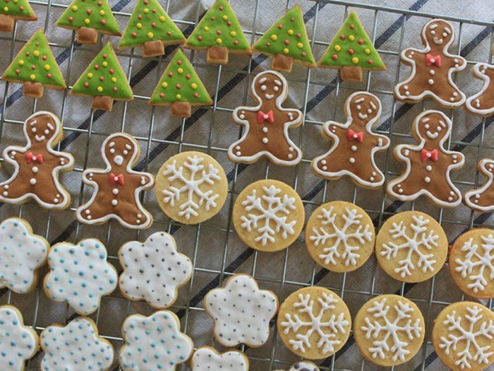 Le processus de décoration de biscuits de Noël requiert du temps et de la patience.