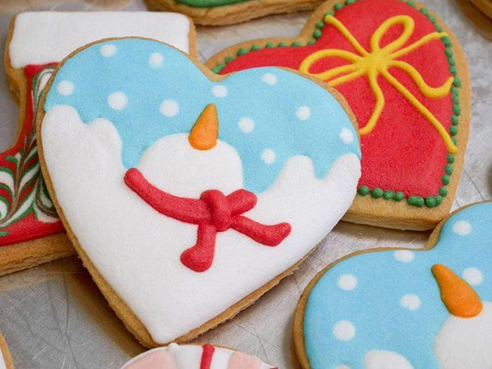Pensez à utiliser assez de glaçage pour les décorations de biscuits de Noël.