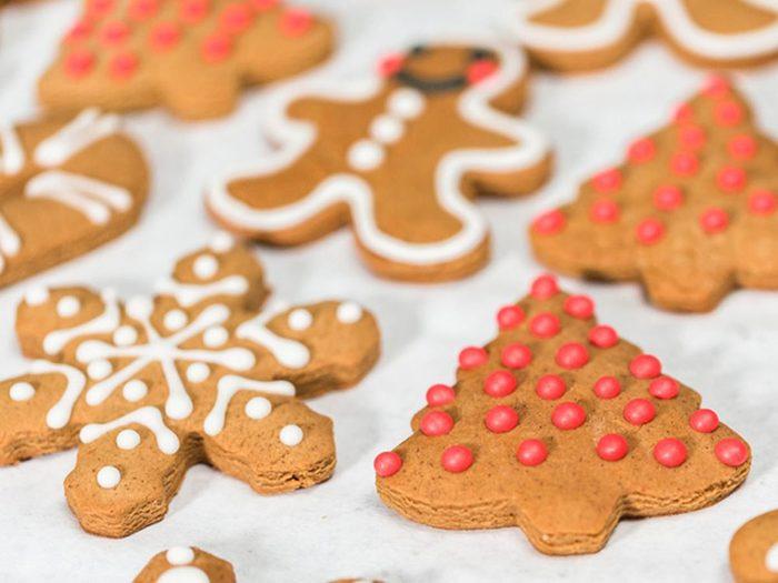 N'utilisez pas un glaçage royal trop épais pour vos décorations de biscuits de Noël.