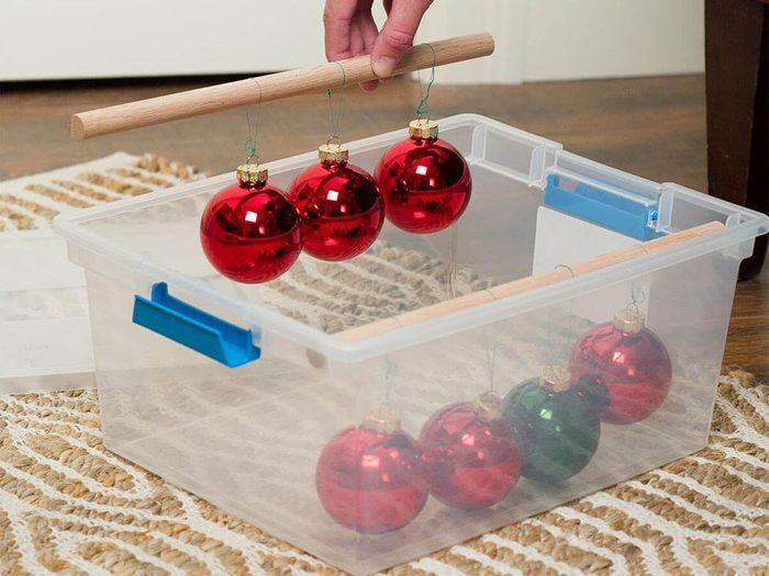 Des goujons pour organiser le rangement des décorations de Noël.
