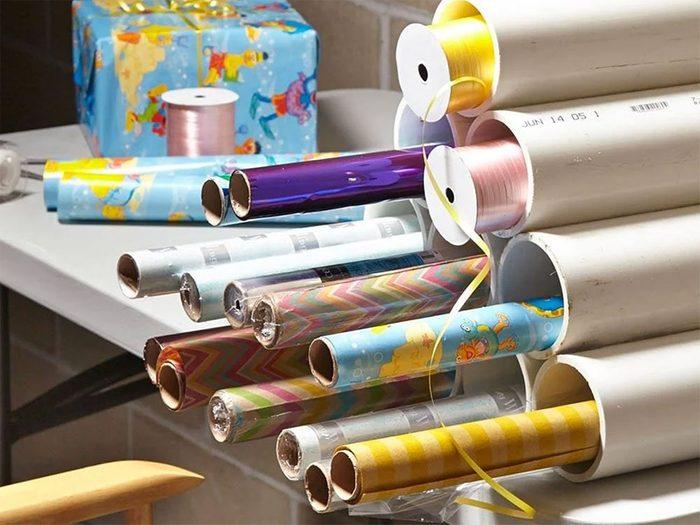Décorations de Noël: une étagère pour le papier d'emballage.