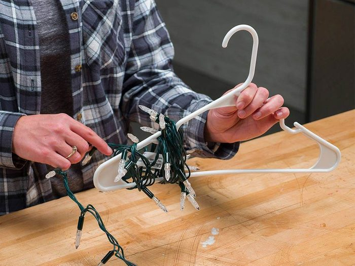 Décorations de Noël: un cintre pour ranger les lumières.