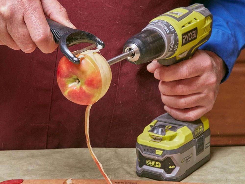 Pelage de pommes express pour gagner du temps et pouvoir retourner aux décorations de Noël!