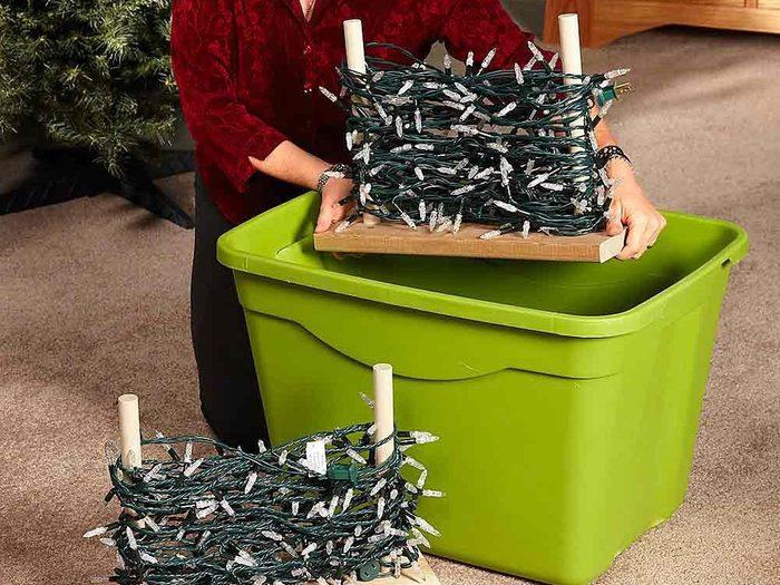 Un supports de rangement pour les lumières et les décorations de Noël.