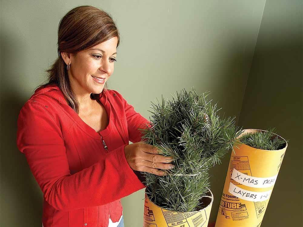 Rangez vos décorations de Noël en commençant avec un tube pour sapin artificiel.