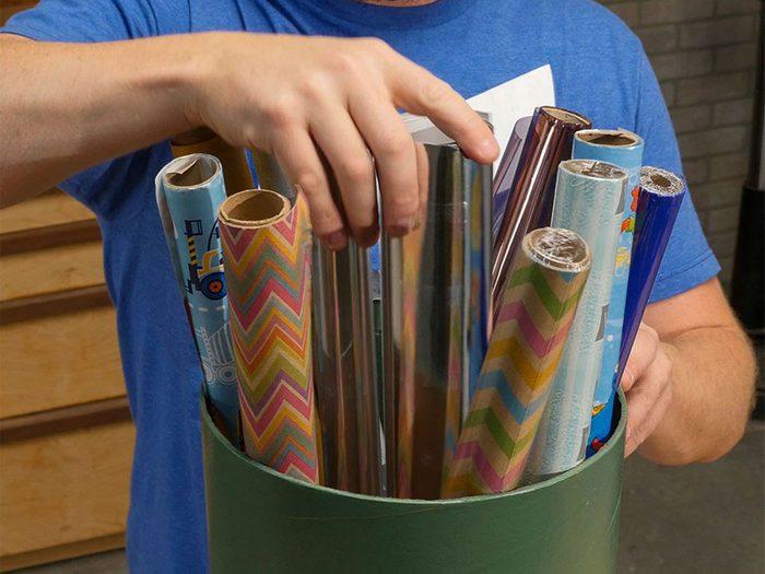 Décorations de Noël: des tubes de coffrage de béton pour papier d'emballage.