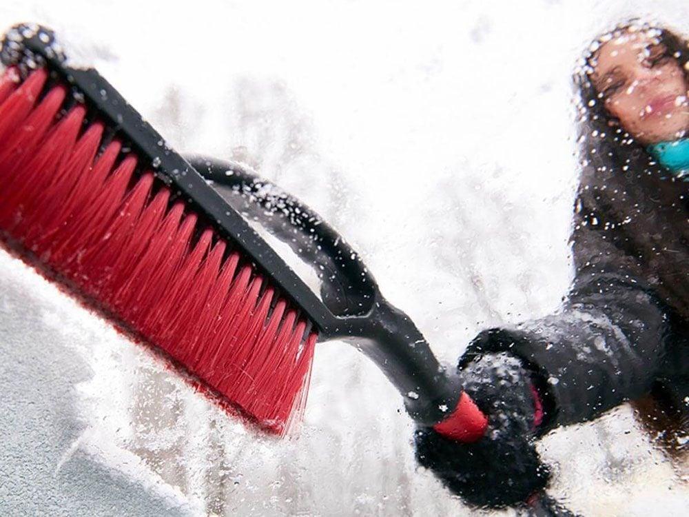 Évitez d'oublier vos grattoirs et brosses à neige dans la voiture.