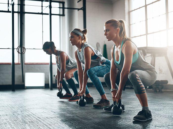 Vous n'êtes pas en forme si bras et votre torse s'affaissent en faisant des flexions des jambes.