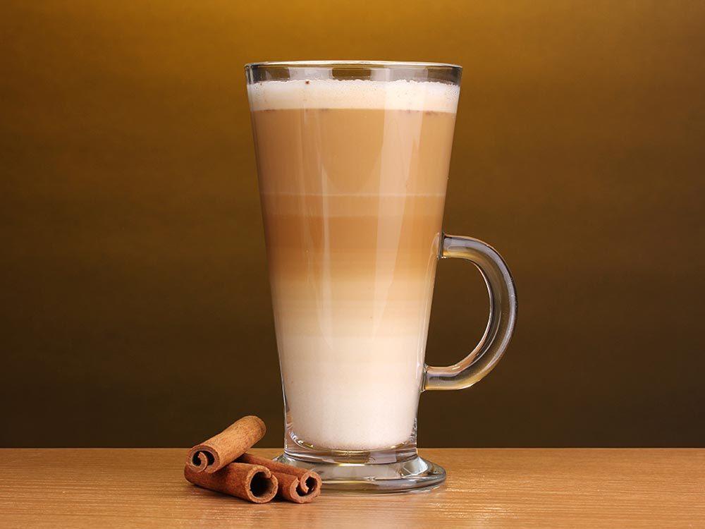 Le café latte fait partie des types de café avec du lait.