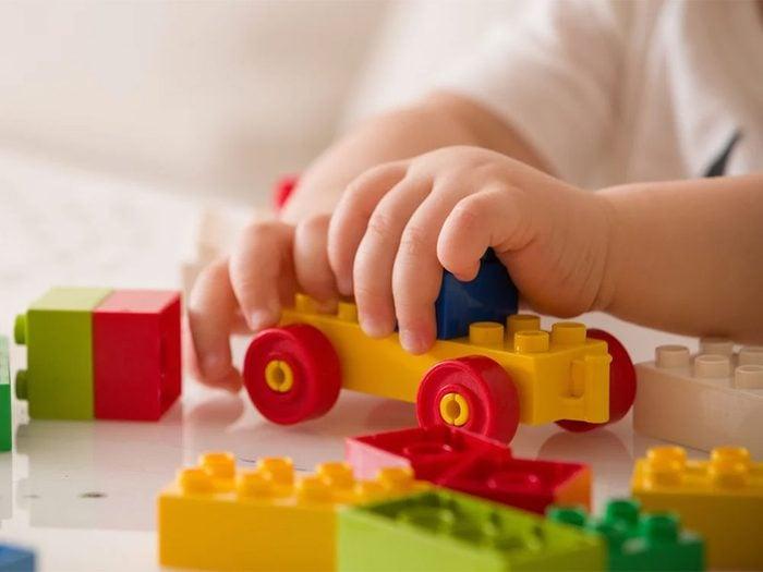 Utiliser l'alcool isopropylique pour désinfecter les jouets.