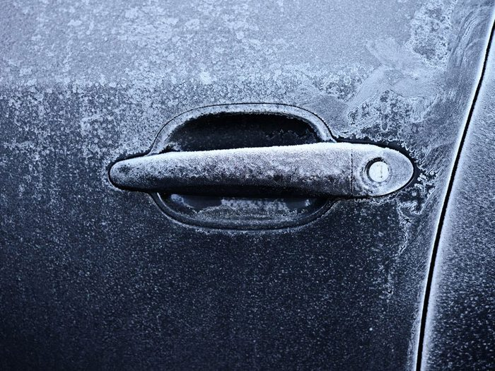 Utiliser l'alcool isopropylique pour empêcher les portes et les serrures de voiture de geler en hiver.