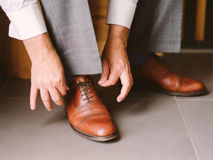 Utiliser l'alcool isopropylique pour élargir ses chaussures neuves.