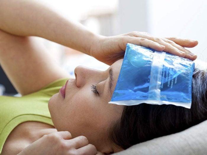 Utiliser l'alcool isopropylique pour fabriquer une compresse glacée ergonomique.