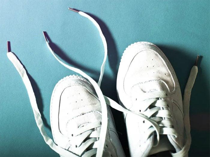 Utiliser l'alcool isopropylique pour rafraichir les chaussures de sport.