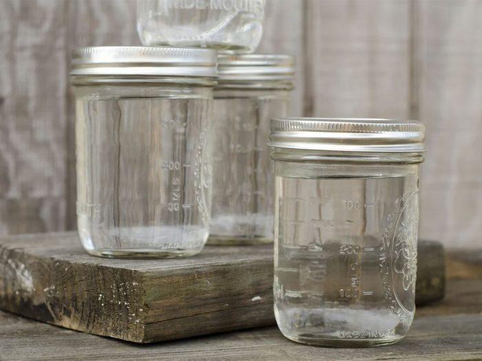 Utiliser l'alcool isopropylique pour retirer les autocollants des pots.