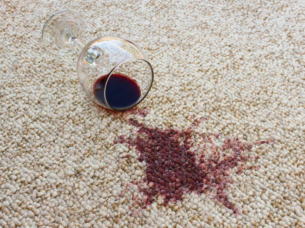 Utiliser l'alcool isopropylique pour enlever les taches sur le tapis.